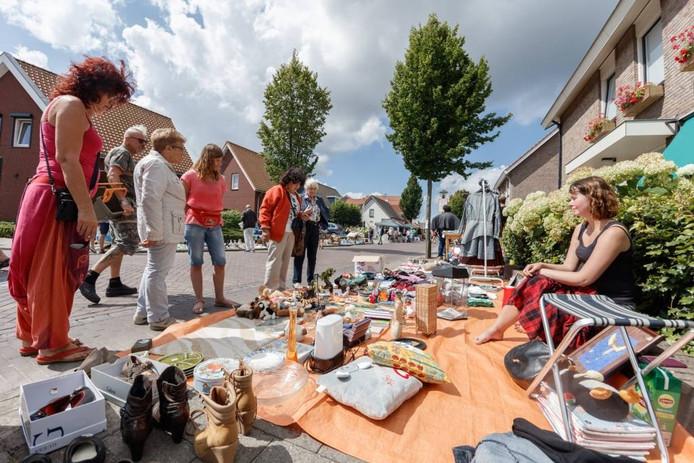 Het was vandaag heel veel kijken en heel af en toe kopen in het kraampje van de meiden Maud Levolger (links, roze t-shirt) en Jody Kempeneers (rechts). Aan het weer lag het in elk geval niet! Foto Marcel Otterspeer/Pix4Profs