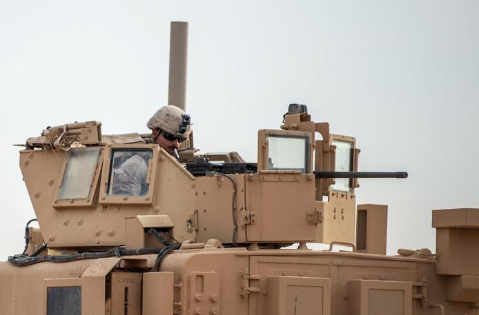 Een Amerikaanse militair in een pantservoertuig in de noordelijke Syrische provincie Deir Ezzor.