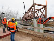 Veel toeschouwers bij 'intocht' brug over Wilhelminakanaal in Oirschot