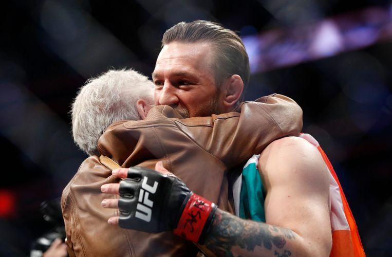 Conor McGregor geeft Jerry Cerrone een knuffel