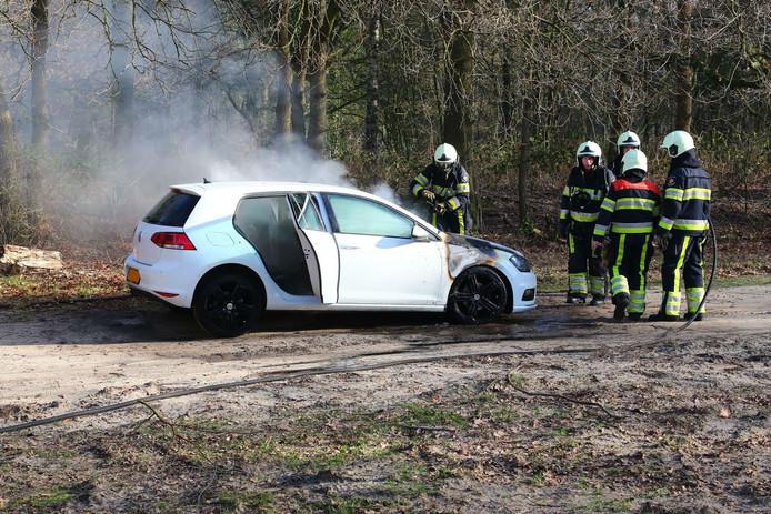 De auto vloog in brand aan de Docfalaan in Oss.