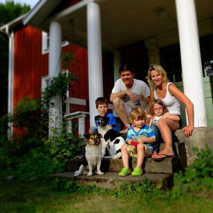 De Doetinchemse vrachtwagenchauffeur Peter Hagenaars met zijn vrouw Tilleke en hun drie kinderen.