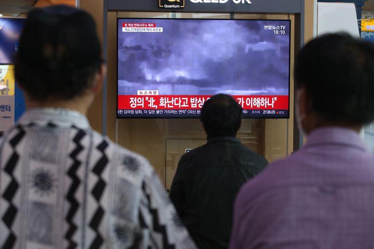 Zuid-Koreanen kijken in een station in Seoul naar een nieuwsuitzending over de explosie.  Beeld EPA