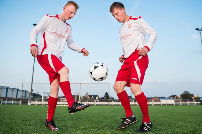 Thijs Schmidt (rechts) houdt de bal hoog met zijn broer Twan (die inmiddels bij Bergambacht speelt).