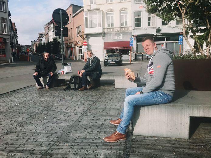 Tommy Arijs en zijn vrienden op het Statieplein.