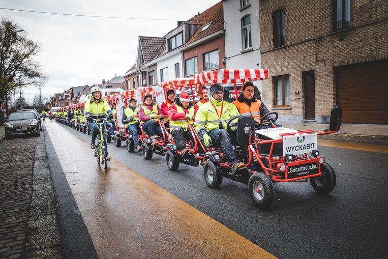 De directieleden en werknemers van bouwonderneming Wyckaert fietsen met een 'go-carttrein' naar de Warmste Week in Puyenbroeck.