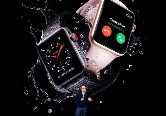 Apple-baas Tim Cook toont de derde generatie van de Apple Watch vorig jaar september (2017)