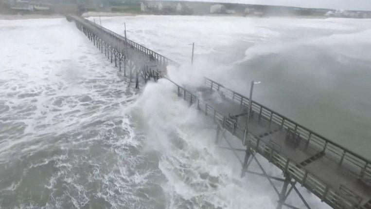 Dronebeelden tonen enorme golven langs de kustlijn van North Carolina.