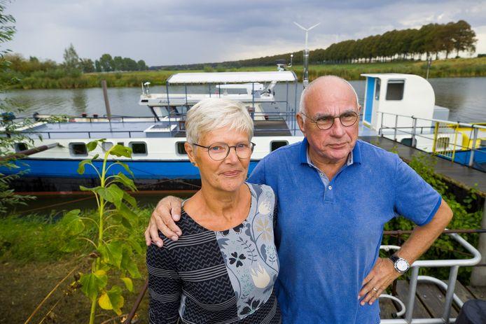 Hans van Diemen en Margot Blauwhof voor hun woonboot, die plaats moet gaan maken voor de Waalwijkse insteekhaven.