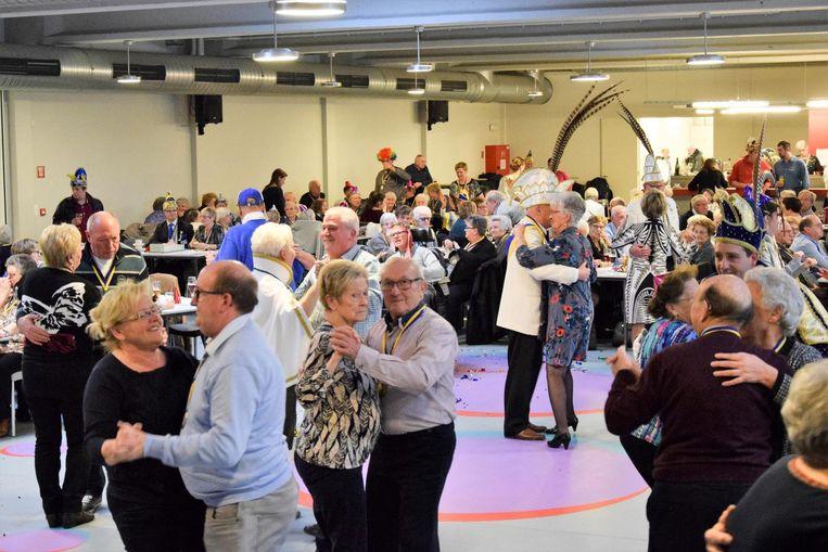 De dansvloer in zaal Bevegemse Vijvers stond afgeladen vol met dynamische senioren.