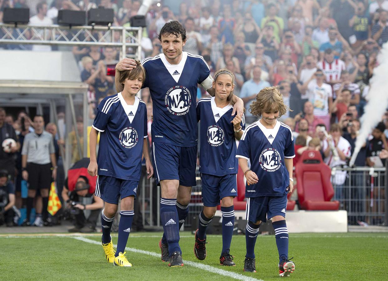 Thomas van Bommel (links) bij de afscheidswedstrijd van zijn vader in 2013.