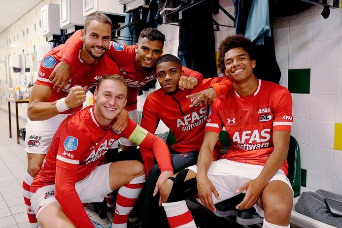 Vijf vrolijke AZ'ers in de kleedkamer na de 4-0 thuiszege eerder dit seizoen op FC Marioepol in de voorronde van de Europa League. Vlnr: Pantelis Hatzidiakos, Teun Koopmeiners, Owen Wijndal, Myron Boadu en Calvin Stengs.