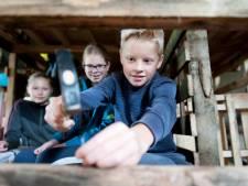 Huizen in Mariënheem vol bouwmateriaal: kinderen timmeren en zagen voor Houtdorp hun bouwwerk thuis