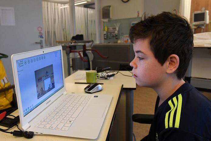 Glenn achter zijn laptop in Maasziekenhuis Pantein.
