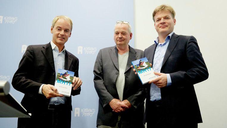 Pieter Omtzigt (rechts) krijgt in 2014 met collega-Kamerlid Harry van Bommel (SP) de eerste exemplaren van De Doofpotdeal van Joost Niemöller (midden), die betoogt dat het Nederlandse onderzoek naar de ramp met de MH17 niet betrouwbaar is. Beeld anp