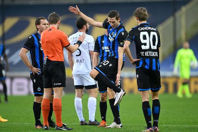 BRUGGE, BELGIUM - DECEMBER 26 : Hans Vanaken midfielder of Club Brugge in discussion with referee Nathan Verboomen after a red card during the Jupiler Pro League match between Club Brugge and KAS Eupen at the Jan Breydel stadium on December 26, 2020 in Brugge, Belgium, 26/12/2020 ( Photo by Nico Vereecken / Photo News