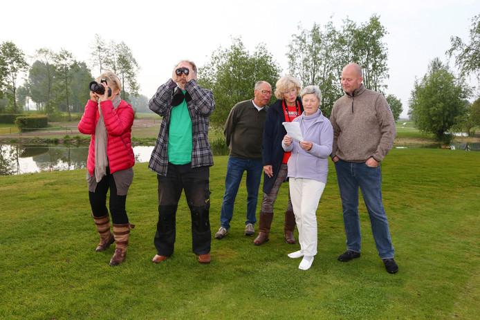 Gids Hermen van Krieken (met kijker) speurt de Almkerkse golfbaan af naar vogels.