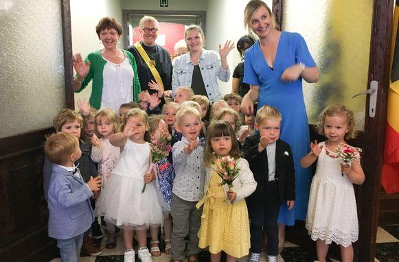"""Kleuters """"trouwen"""" in Zingem."""