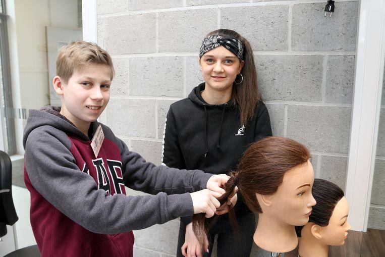 Benne krijgt de hulp van Kina uit kOsh campus Ieperstraat tijdens de workshop haarzorg.