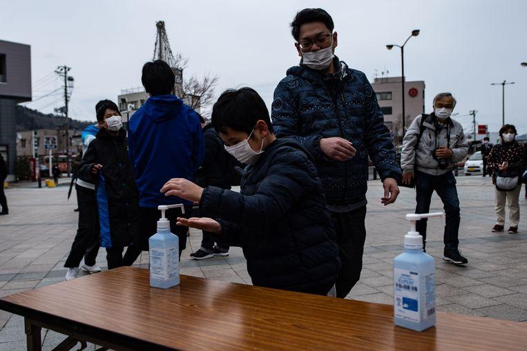 Mensen wassen hun handen met ontsmettingszeep.