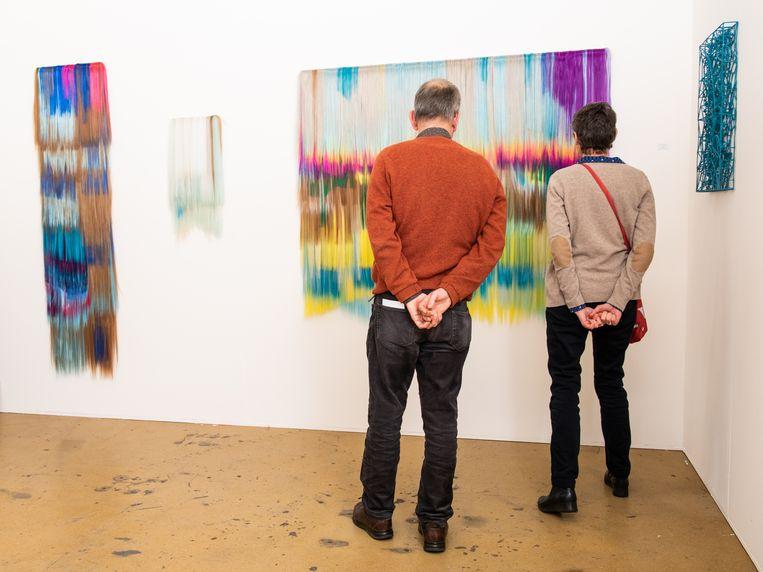 Stand 52, galerie The Flat: kunstenaar Hiva Alizadeh. Rotterdam Art.  Beeld Simon Lenskens