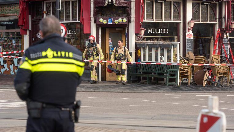 Café Mulder werd afgezet nadat er een metershoge steekvlam uit het trottoir kwam. Beeld anp