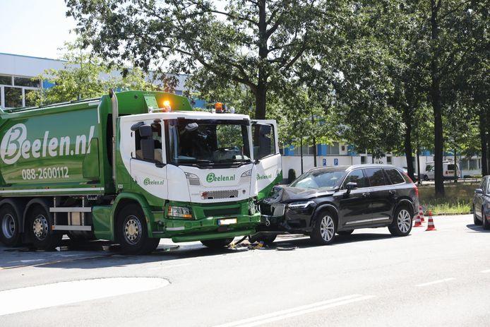 Bij de botsing raakten beide voertuigen beschadigd.