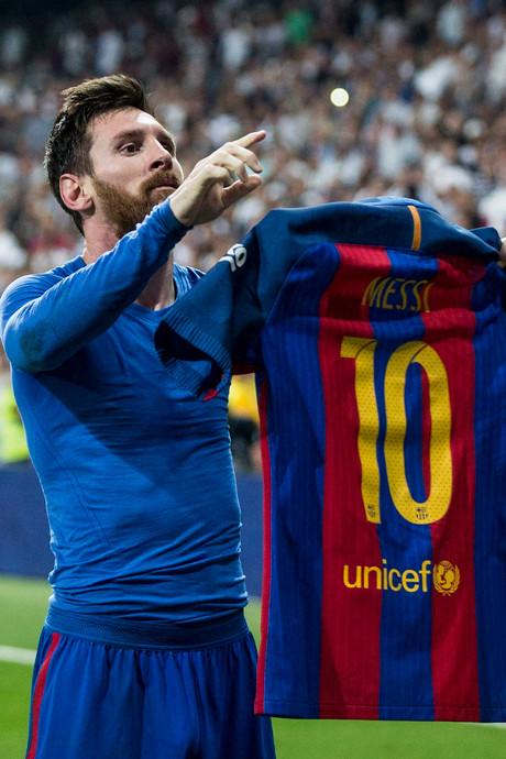 Messi maakt 500ste doelpunt voor Barcelona voor ogen eeuwige rivaal
