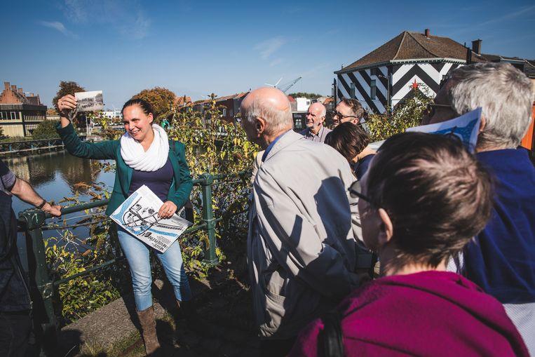 Tina De Gendt geeft een rondleiding over de geschiedenis van het Neuseplein.