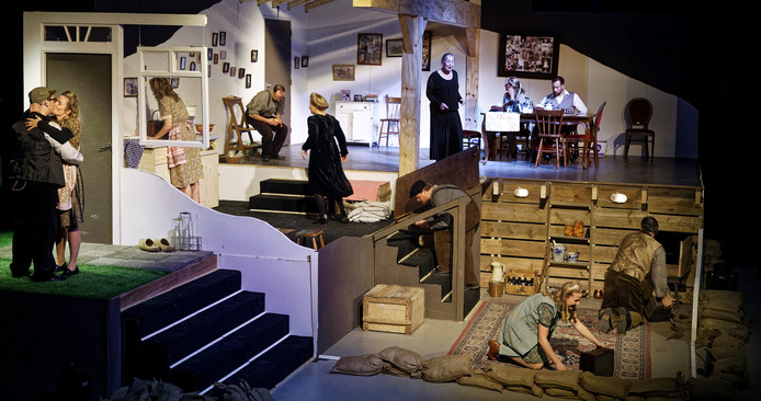 Een scène uit het theaterstuk Granaatweken in Schijndel. Met tussen de houten balken Jeanne Roozendaal als Sjaan, die het verhaal vertelt over de schuilkelder (beneden rechts).