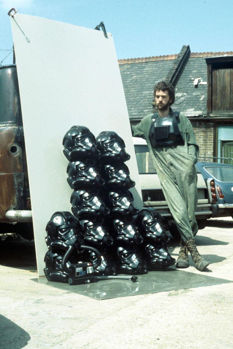 Andrew Ainsworth in 1976 bij een stapel in zijn bedrijf gemaakte helmen van TIE-fighters, ook bestemd voor de eerste StarWars-film. Beeld getty