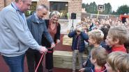 Kinderen Ave Mariabasisschool ravotten voortaan op grotere speelplaats en leven zich uit op nieuw speeltoestel