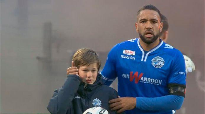 Ballenjongen Jens van FC Den Bosch is 'geschrokken, maar maakt het goed'.