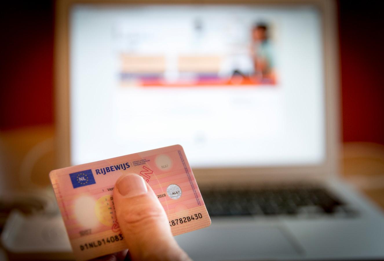2016-09-26 11:36:58 DEN HAAG - Inloggen via een rijbewijs in combinatie met kaartlezer tijdens de toelichting en demonstratie van nieuwe elektronische identificatiemethoden van de overheid, de Impuls eID, op het Ministerie van Binnenlandse Zaken. Het eID Stelsel moet de standaard worden voor inloggen bij onlinedienstverlening en moet helpen tegen cybercrime en identiteitsfraude, omdat beter kan worden vastgesteld of iemand ook echt is wie hij zegt te zijn. ANP JERRY LAMPEN