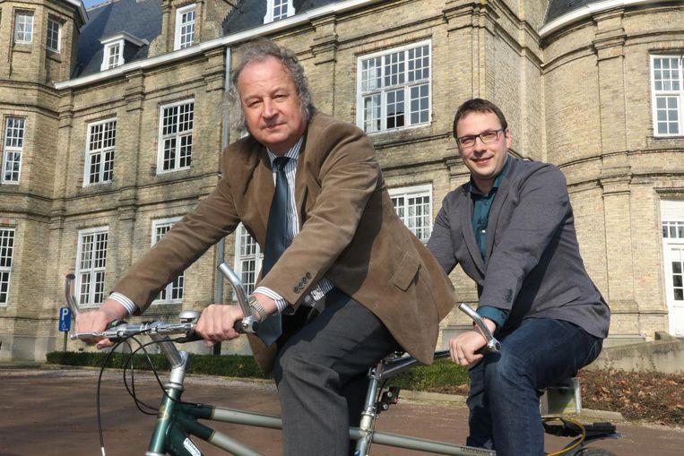 Marc Lewyllie en Wieland De Meyer op een symbolische tandem voor het stadhuis.