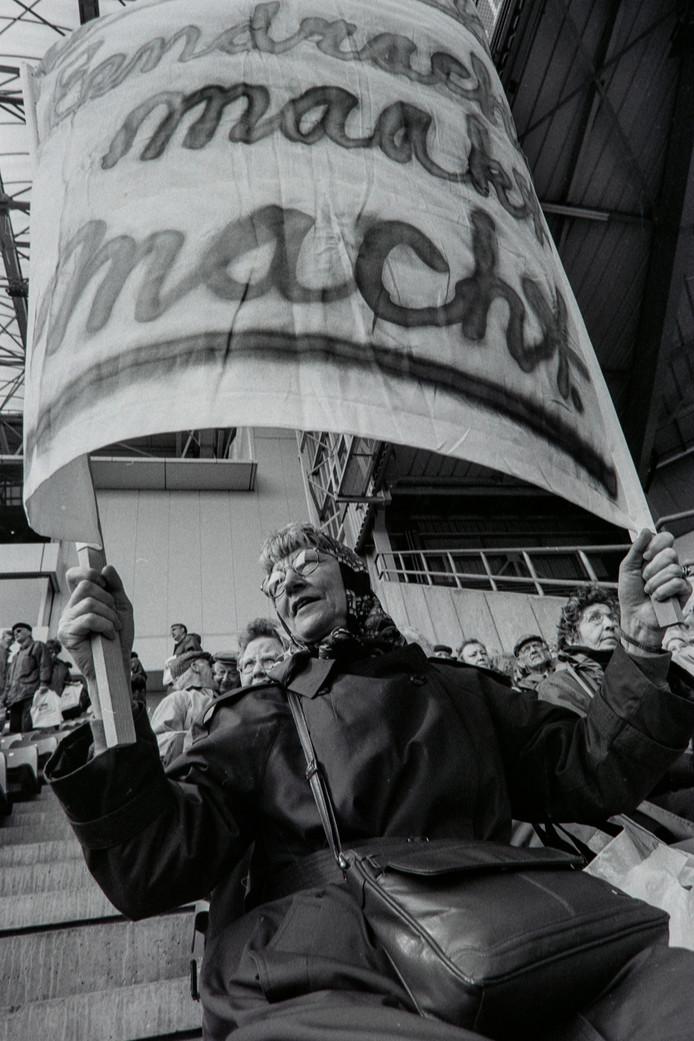 April 1994: duizenden ouderen protesteren in het Philips Stadion in Eindhoven tegen bezuinigingen op de AOW.
