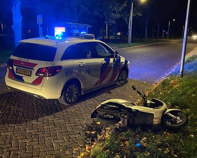 Tijdens een achtervolging door de politie in Zwolle gooide een scooterbestuurder zijn tweewieler aan de kant, om rennend verder te vluchten