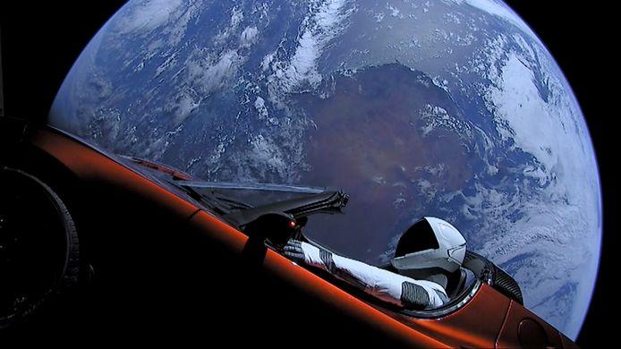 De rode Tesla Roadster die in de ruimte werd geschoten.