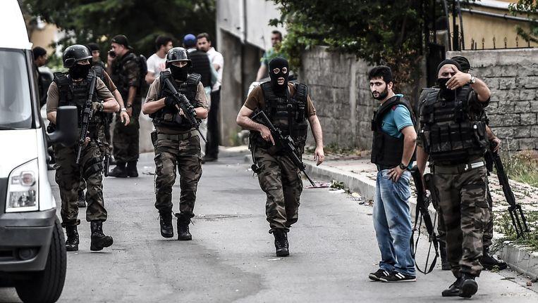 Speciale eenheden van de Turkse politie lopen door de straten van Istanbul, waar twee aanslagen achter elkaar plaatsvonden. Beeld afp
