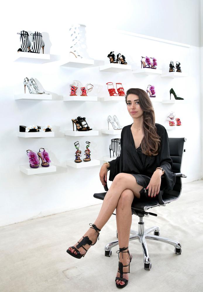 Zeynep Dağ met achter haar de complete schoenenlijn van Alzúarr.