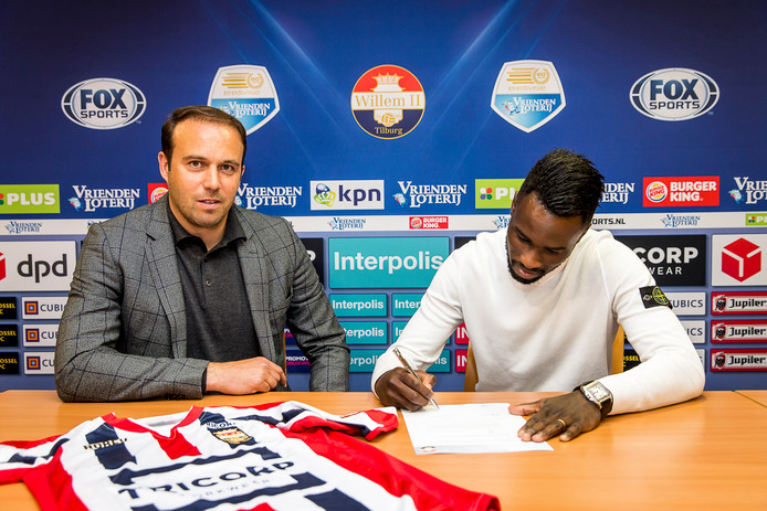 Fernando Lewis komt transfervrij over van AZ. Hier zet hij onder het oog van Joris Mathijsen zijn handtekening onder een driejarig contract.