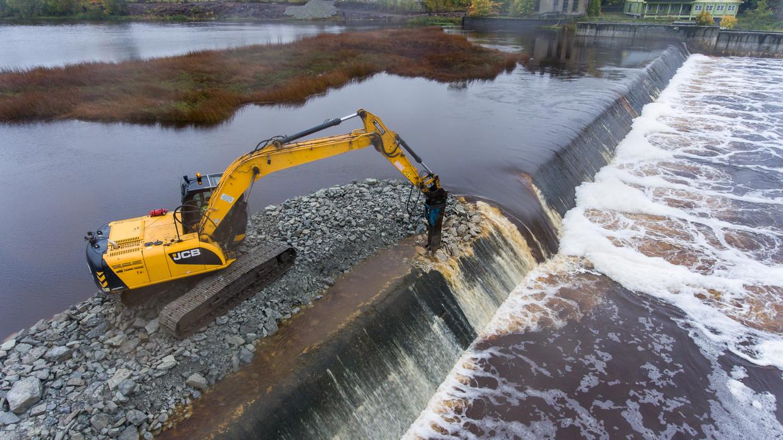 De Sindi-dam in de Estlandse rivier de Pärnu wordt weggehaald.