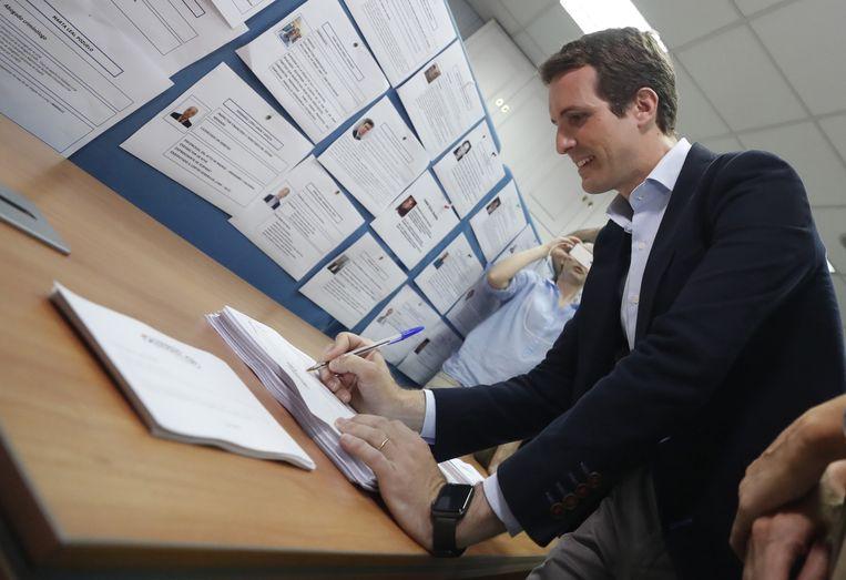Pablo Casado brengt zijn stem uit tijdens de leiderschapsverkiezingen van zijn partij.  Beeld EPA