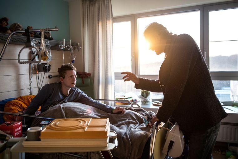 MariekeVervoort met euthanasiearts Wim Distelmans in het Universitair Ziekenhuis in België.  Beeld Lynsey Addario for The New York Times