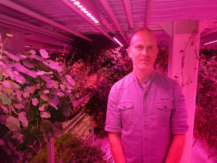 """Matthias van den Berg, tuinman, greenhouse genius: """"Planten groeien dubbel sinds jullie hier uitademen. Jullie doneren momenteel C02."""" Beeld Hans van der Beek"""