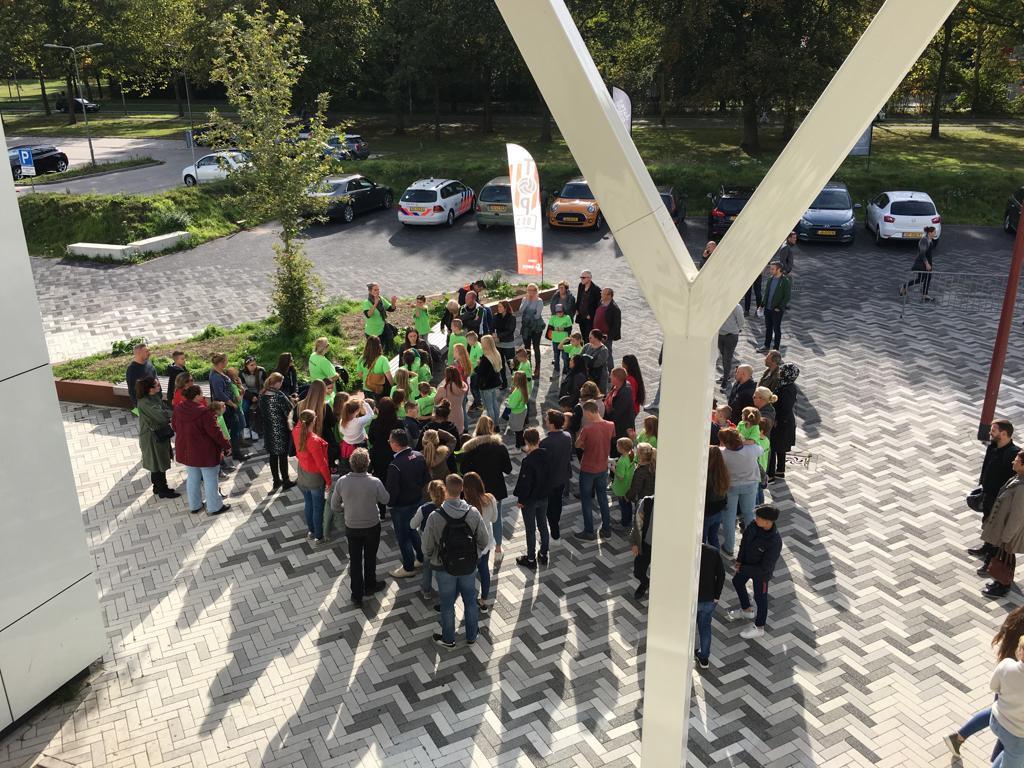 Leerlingen van de Korenaer verzamelen voor de herdenking bij het stadion in Oss.
