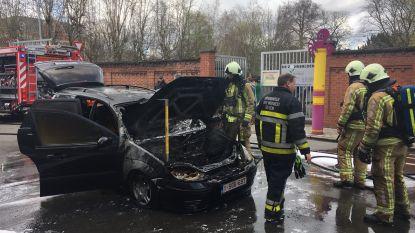 VIDEO. Auto uitgebrand voor schoolingang De Zonnebloem