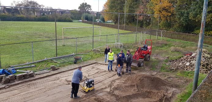 Werk aan sportpark De Neervelden voor de komst van AmericanOss.