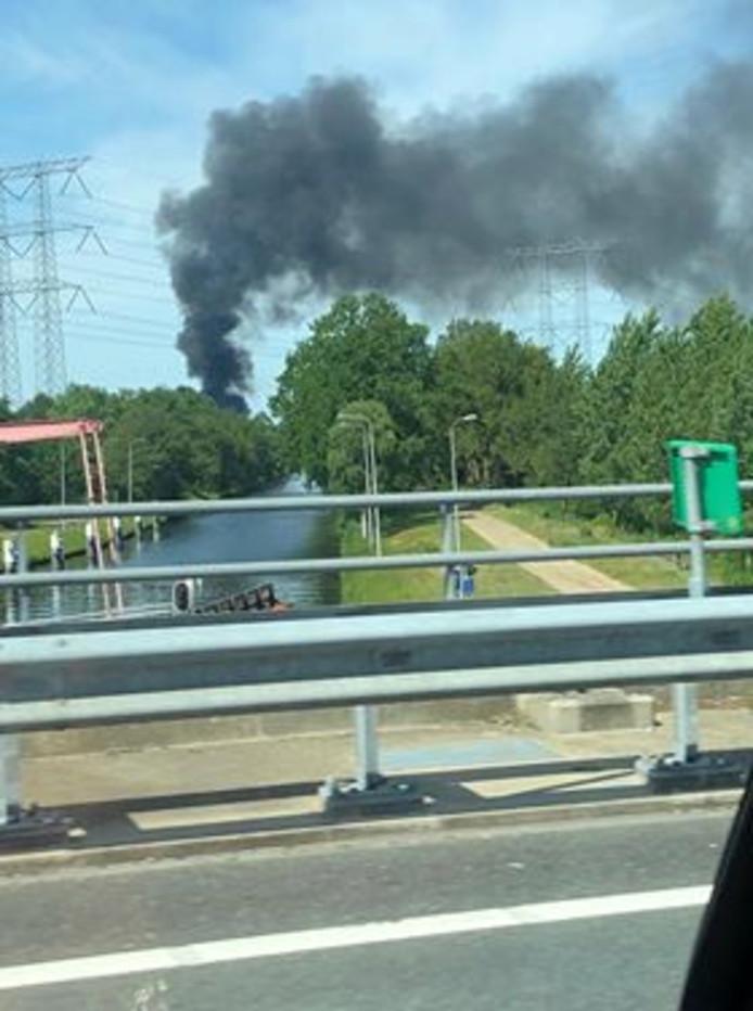 Ook vanaf de snelweg is de rook goed te zien.