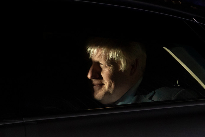 Boris Johnson verlaat het Lagerhuis.